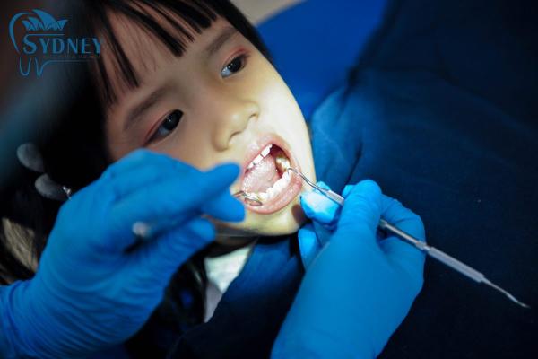 Nên cho trẻ đi kiểm tra răng thường xuyên
