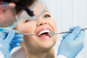 Khám và kiểm tra răng miệng.