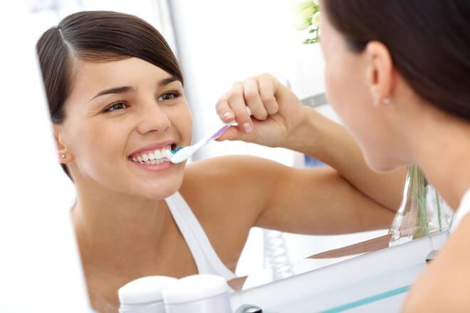 Đánh răng sau khi trồng răng sứ Titan